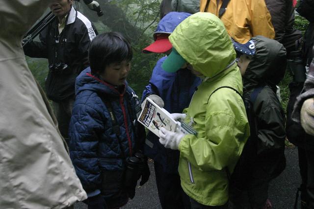 わからない鳥は即図鑑で調べる.取り合いをしつつも,仲良し小学生組.