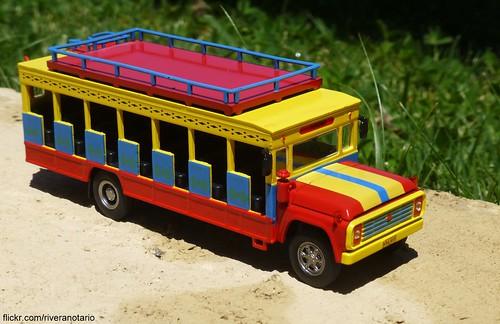 """""""Autobuses del Mundo"""" No. 2: Ford """"Chiva"""", Colombia - Editorial Luppa y LUN"""