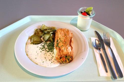 Gemüsestrudel mit Kräuterdip & Schmorgurken / Vegetable strudel with herb dip & cucumber stew