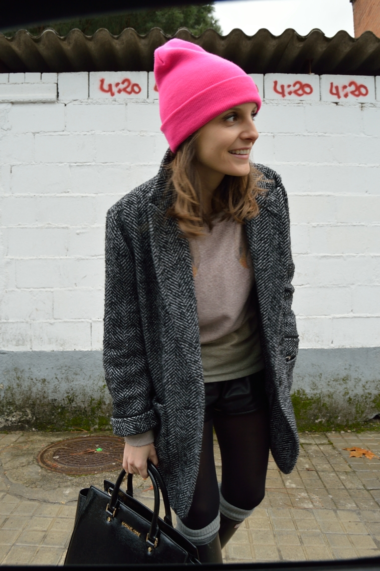 lara-vazquez-madlula-pink-beanie-black-outfit-pink-beanie-christmas-look