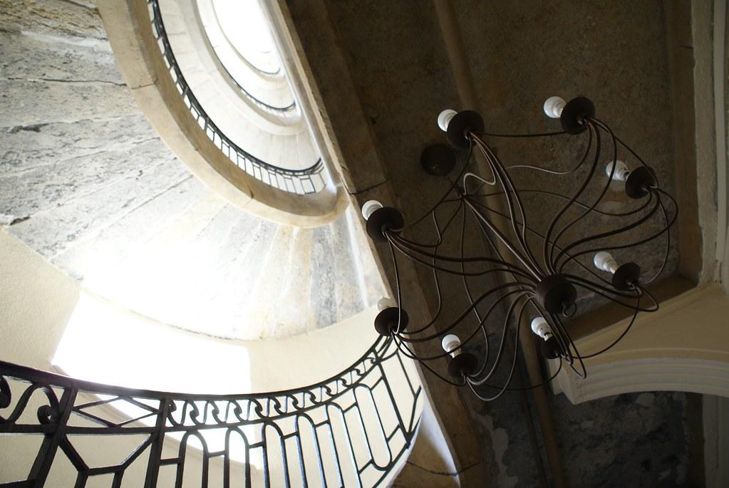 Escalier dans un canut de la rue des Capucins en bas des pentes de la Croix Rousse à Lyon.