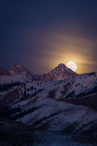 sky moon mountain snow mountains nature night rising orb fullmoon idaho peek sunvalley pioneerrange cobbpeak