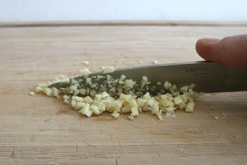 14 - Knoblauch zerkleinern / Grind garlic