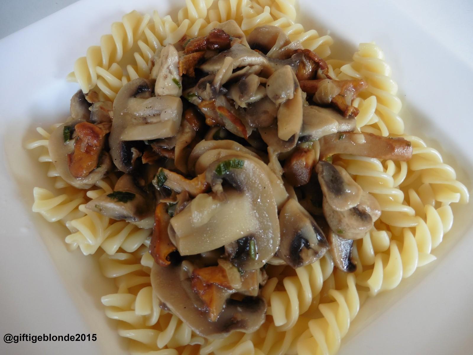 Pasta mit Eierschwammerl und Champignons