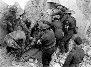 Personnel of The Loyal Edmonton Regiment digging out Lance-Corporal Roy Boyd... / Des membres du Loyal Edmonton Regiment sortent le caporal suppléant Roy Boyd...