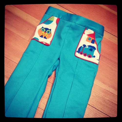 Ik leerde juf Loes een broekje naaien!