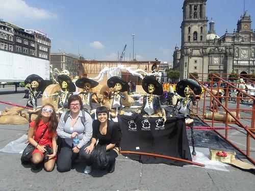 Y todAs lAs demÁs en el Zócalo. Preparación Día de Muertos. México D.F. by aliasangelita