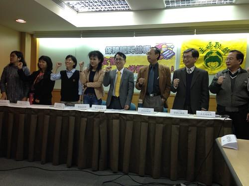 民間團體與學者於立法院臨時會前召開記者會,要求食管法修法通過立院共識版本。