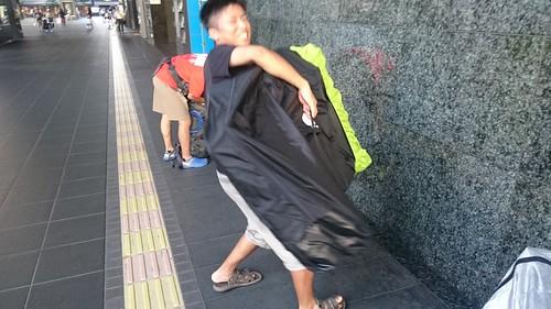 京都駅にて輪行…のはずが、きのこちゃんの輪行袋のヒモが紛失していたらしく、力で解決💪