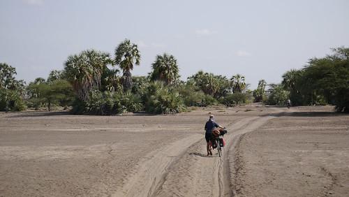 Empujando en caminos arenosos en la zona del turcana