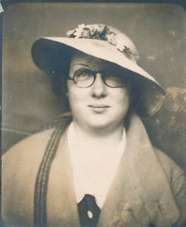 Photo booth: Woman with glasses and a floppy hat