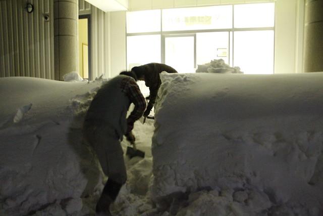 八幡高原センターの入り口を掘る.