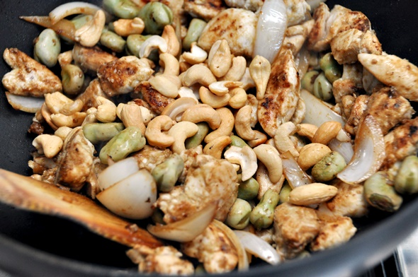 Thai-Style Chicken and Cashew Stir Fry with 'Five Tastes' Thai Green Curry Paste | www.fussfreecooking.com