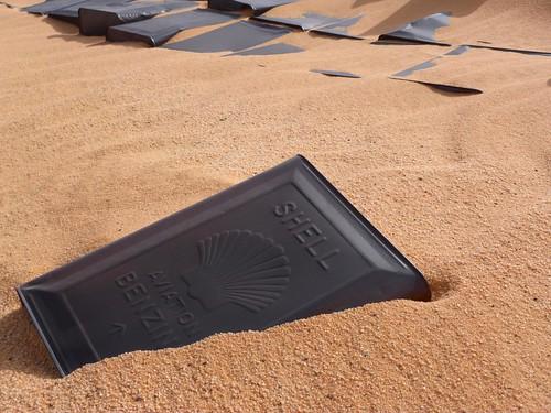 Bidón de gasolina Shell en G-Hills (Desierto Líbico, Egipto)