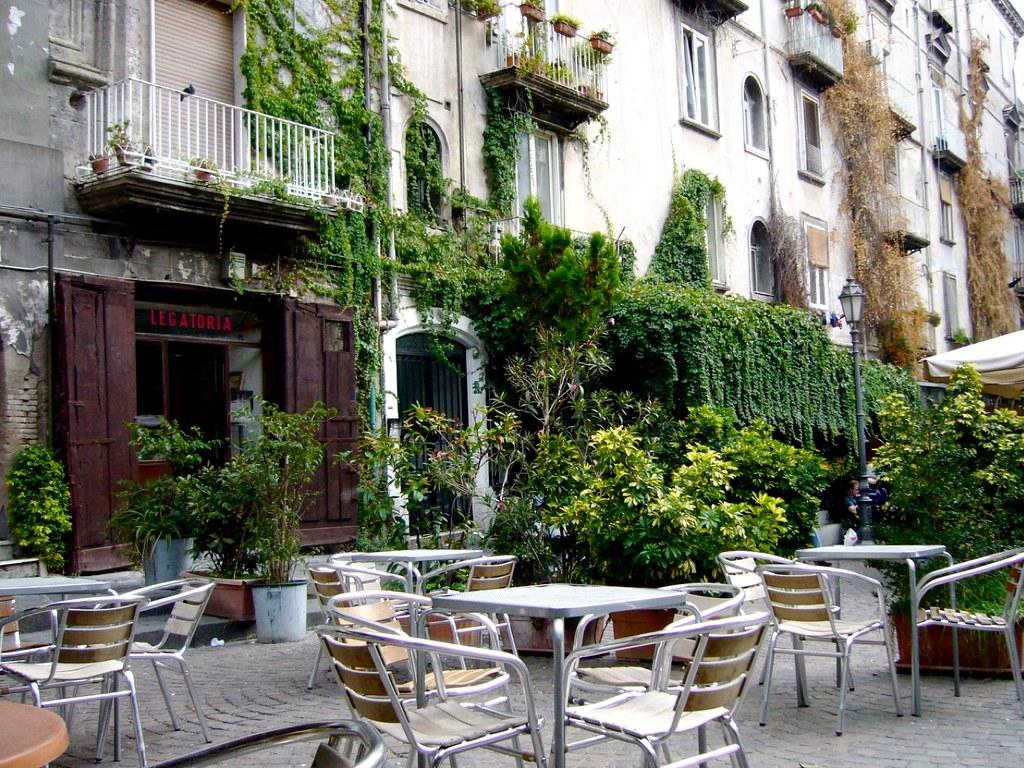 Cafés sur la Piazza Bellini dans le centre historique de Naples.