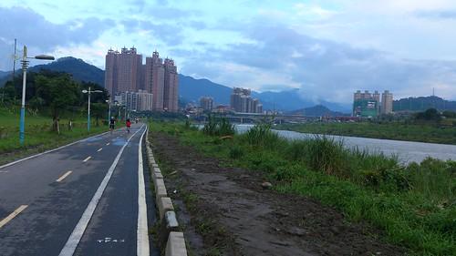 往碧潭方向自行車道
