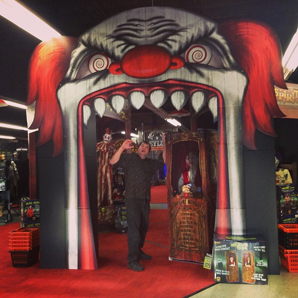 HUGE Scary Clown Arch as you Enter the Spirit Shop Hallowe ...