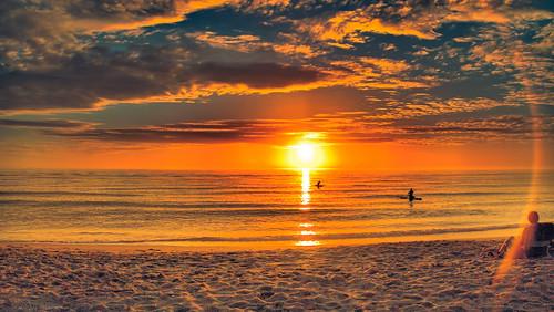 sole che sorge sula mare