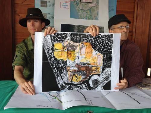 今年3月初,國際黑面琵鷺後援聯盟(SAVE)曾來台,認為不開路、發展區域經濟計劃,是當地永續契機。圖為團隊出示調查結果,顯示1-1道路南邊的遊艇特區也是黑琵利用之地。攝影:廖靜蕙