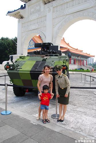 雲豹裝甲車與女軍官