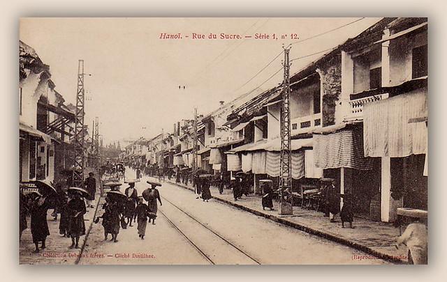 HANOI - Rue du Sucre. Phố Hàng Đường, phía xa là phố Chợ Gạo với chợ Đồng Xuân đang xây dựng