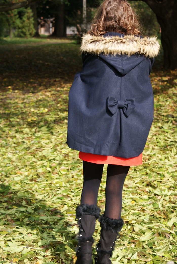 jesienna granatowa peleryna