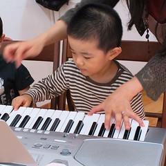 リトミックでピアノ弾くとらちゃん 3歳 2013/9/30