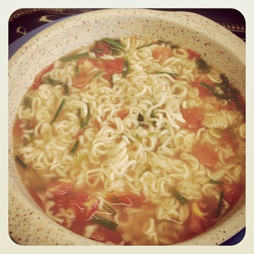 Yummy Noodles with Chives and Tomato Yum. www.therabbitandtherobin.co.za {follow me @robindeel on Instagram} Official @rabbitandrobin  #noodles #lunch #yum #food