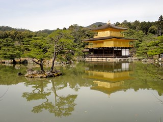 Изображение на Kinkaku-ji (Golden Pavilion Temple) близо до Kamigyō-ku. unescoworldheritage