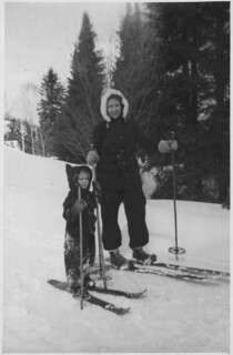 Dorothy Ann MacDonald and Ann MacDonald skiing / Dorothy Ann MacDonald et Ann MacDonald en ski