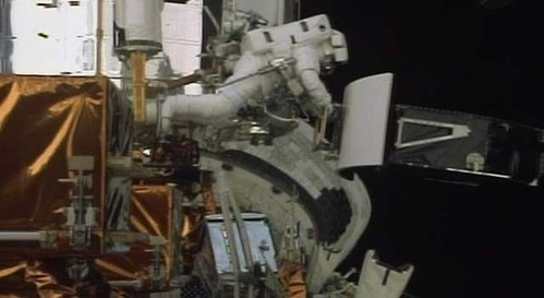 Astronauts removing WFPC2