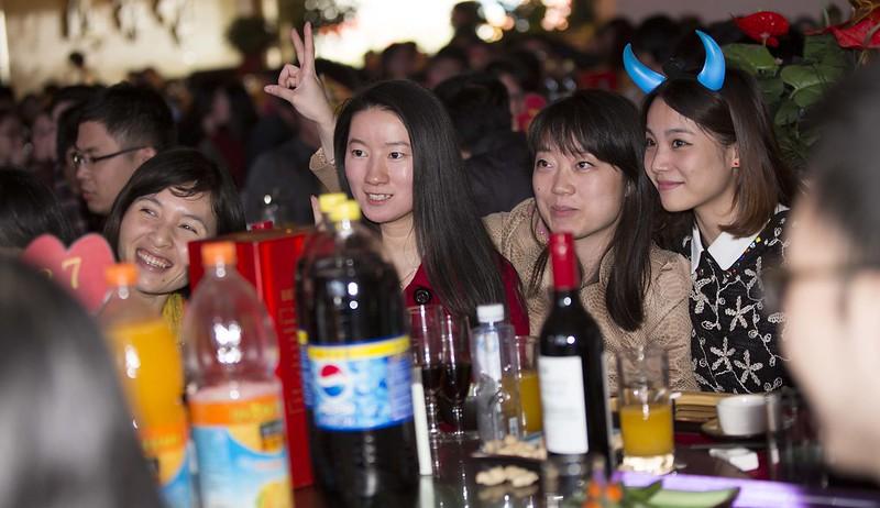 Trabajadoras de mi empresa en una mesa de la cena de Año Nuevo chino.