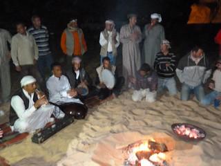 En la hoguera en el desierto blanco de Egipto
