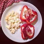 paprika mit frischkäse/parmesan/oregano/frühlingszwiebel-füllung, serranoschinken und pastinaken