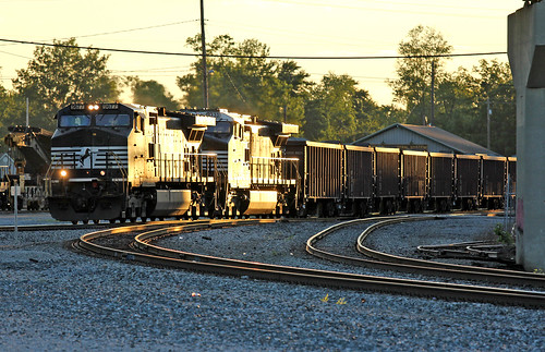 norfolksouthern sunsetphotography bellevueohio norfolksoutherntrains railfaninginbellevueohio norfolksoutherninbellevueohio nsmotivepower glintshots