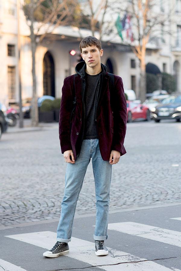 バーガンディベロアテーラードジャケット×黒ジップアップパーカー×グレーTシャツ×ジーンズ×オールスター黒
