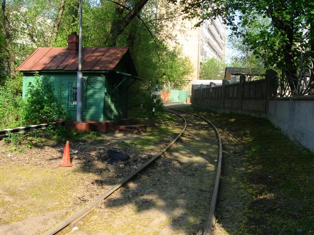 Железнодорожный переезд с будкой