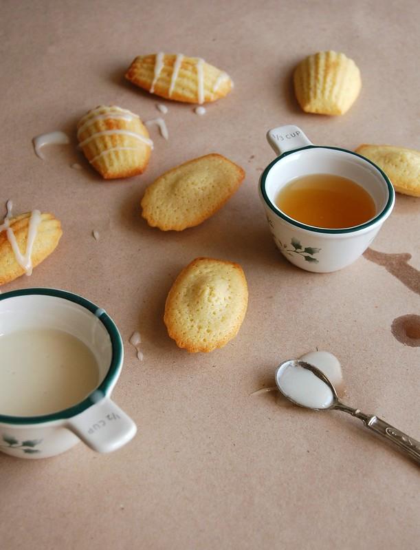 Almond madeleines with limoncello glaze / Madeleines de amêndoa com cobertura de limoncello