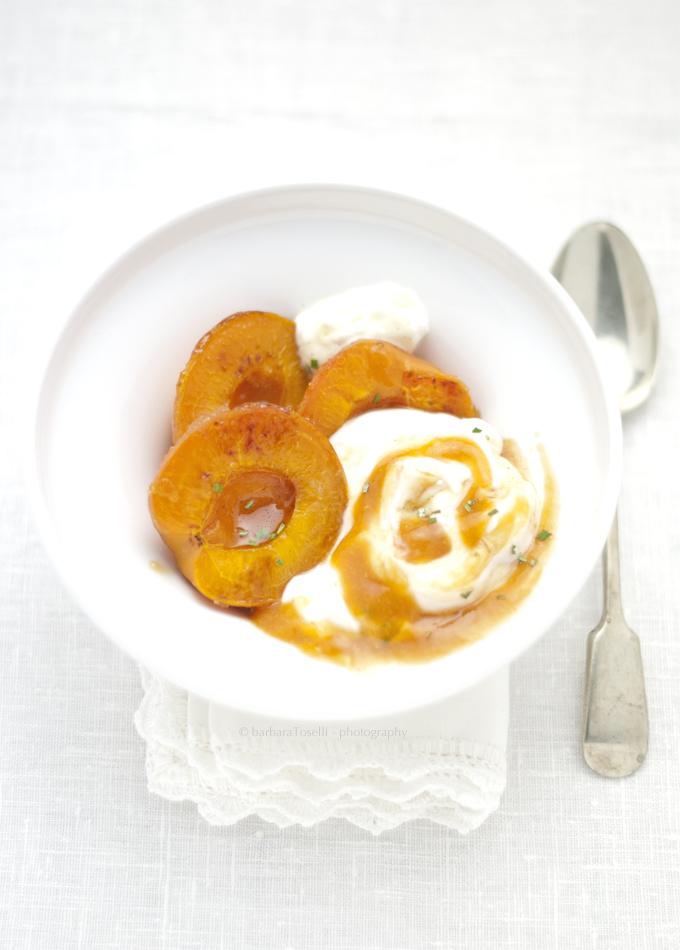 albicocche caramellate e yogurt