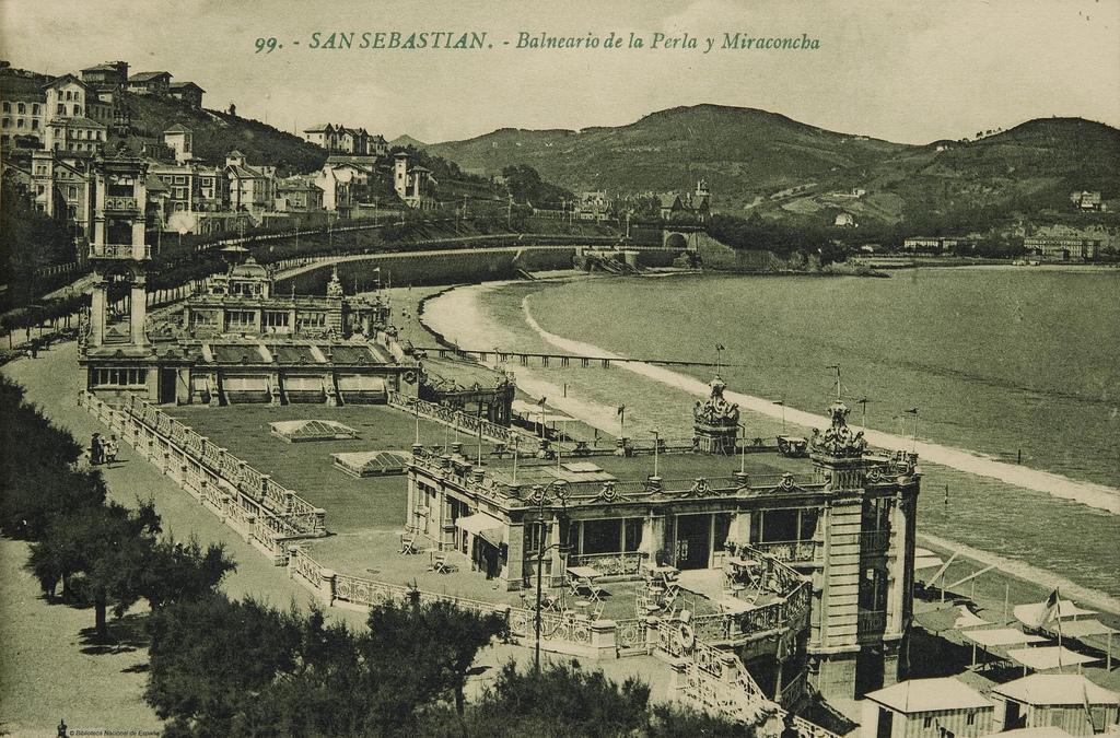 San Sebastián y su Balneario de La Perla, junto a la playa. Autor, Biblioteca Nacional de España