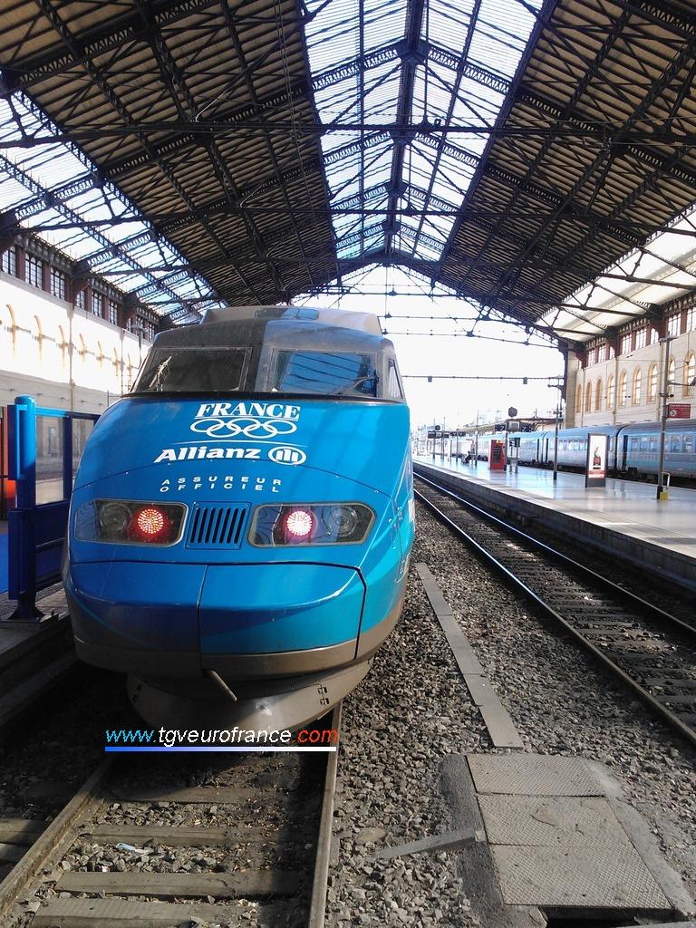 Motrice paire de la rame TGV 65 rappelant qu'Allianz est l'assureur officiel de l'équipe de France olympique