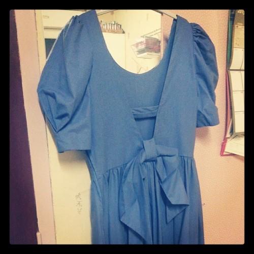 ★ ma robe #lauraashley de dos ★ les modeuses vous la mettriez avec quoi en sachant que je suis petite et qu'elle est longue ★ #mode #dress #robe #ourlittlefamily #france