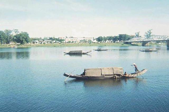 Hue 1963 - Hương giang và cầu Trường Tiền