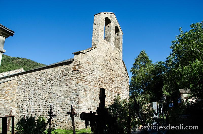Bayllestavy iglesia y cementerio en el camino al refugio la batère