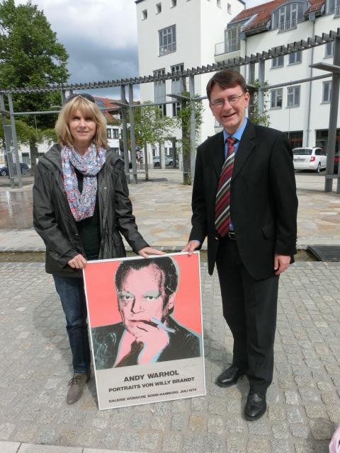 Elisabeth Fuchsenberger und Tim Weidner mit einem Originaldruck von Andy Warhol