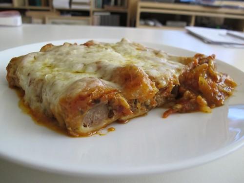 Cannelloni met rundergehakt (met pecorino), tomatensaus (met chilivlokken, ui, knoflook en peterselie) en provolone