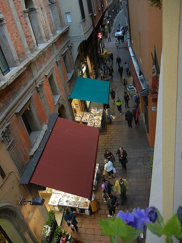 DSCN3494 _ Market below window of Albergo delle Drapperie, Bologna, 16 October.JPG