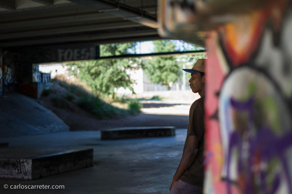 Patinador bajo el puente
