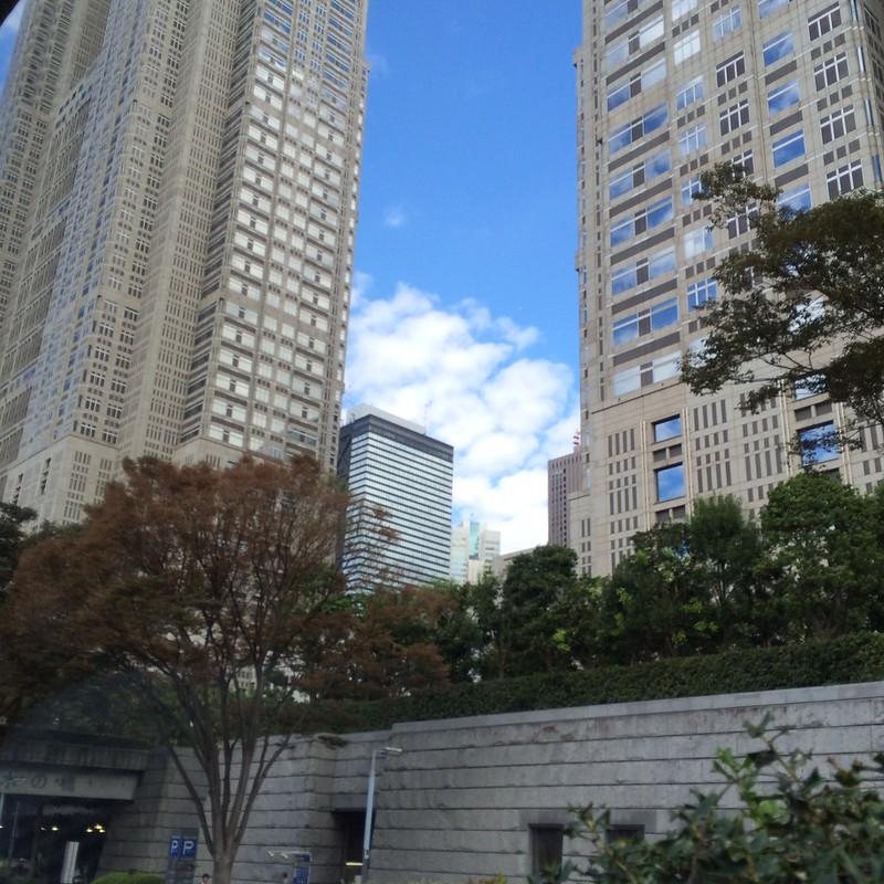 リムジンバスは首都高を降り、都庁ビルの横を通過 by haruhiko_iyota