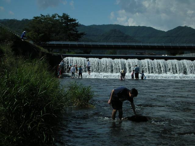 滝のような水に大人も子どもも大喜び.